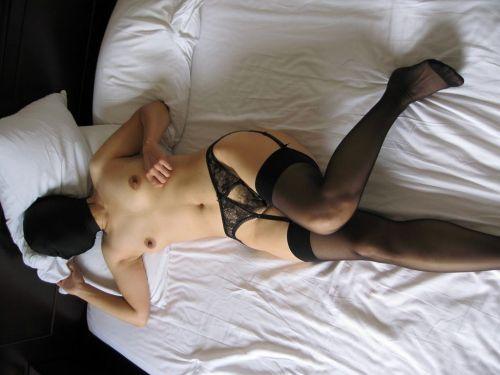 熟女や人妻がパンティ1枚おっぱい丸出しでセックスに誘うエロ画像 35枚 No.2