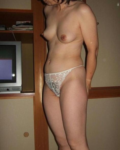 熟女や人妻がパンティ1枚おっぱい丸出しでセックスに誘うエロ画像 35枚 No.18