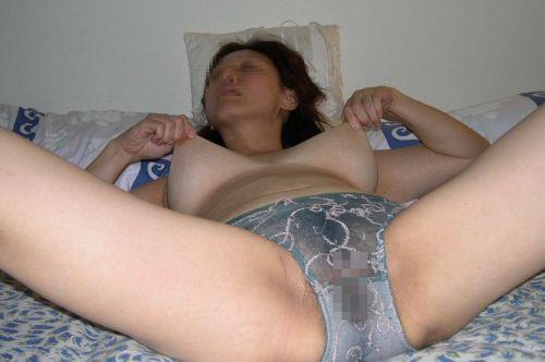 熟女や人妻がパンティ1枚おっぱい丸出しでセックスに誘うエロ画像 35枚 No.26