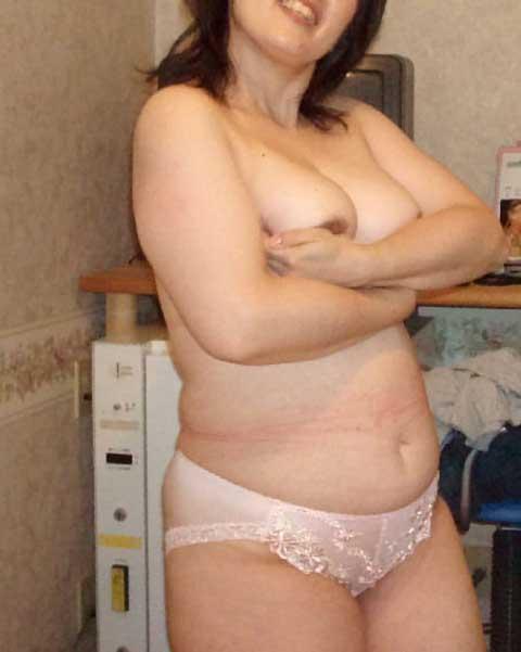 熟女や人妻がパンティ1枚おっぱい丸出しでセックスに誘うエロ画像 35枚 No.29
