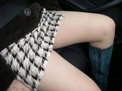 見たら触りたくなっちゃう車内での太ももを盗撮したエロ画像 36枚 No.4