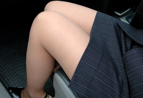 見たら触りたくなっちゃう車内での太ももを盗撮したエロ画像 36枚 No.12