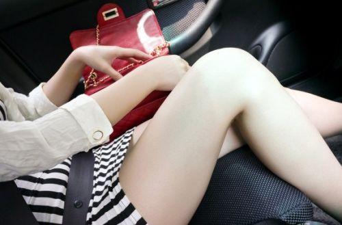 見たら触りたくなっちゃう車内での太ももを盗撮したエロ画像 36枚 No.23