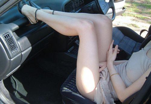 見たら触りたくなっちゃう車内での太ももを盗撮したエロ画像 36枚 No.27