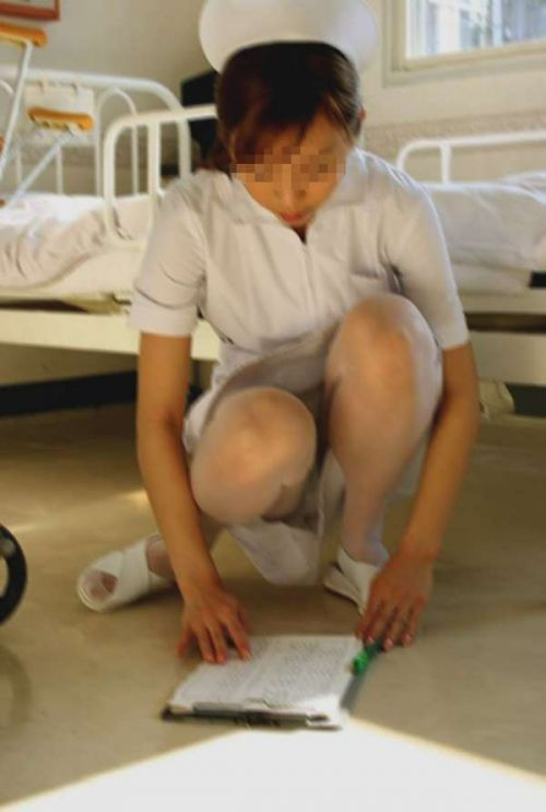 看護師(ナース)の机の下パンチラやしゃがみパンチラ盗撮エロ画像 44枚 No.11
