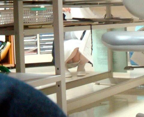 看護師(ナース)の机の下パンチラやしゃがみパンチラ盗撮エロ画像 44枚 No.31