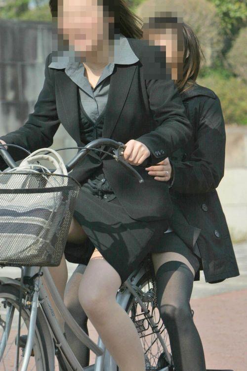 自転車に乗ってるスーツ姿でセクシーなOLさんのパンチラエロ画像 33枚 No.2