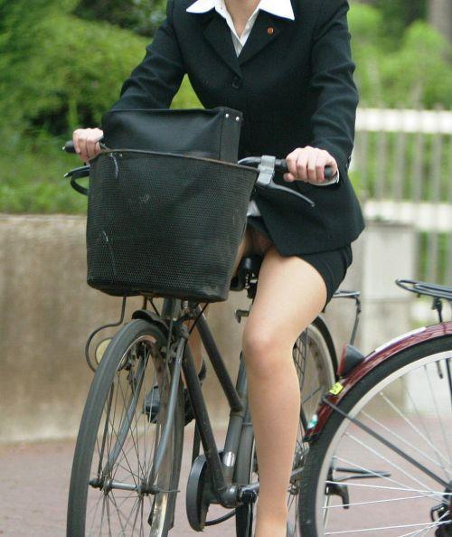 自転車に乗ってるスーツ姿でセクシーなOLさんのパンチラエロ画像 33枚 No.3