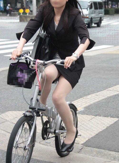 自転車に乗ってるスーツ姿でセクシーなOLさんのパンチラエロ画像 33枚 No.6