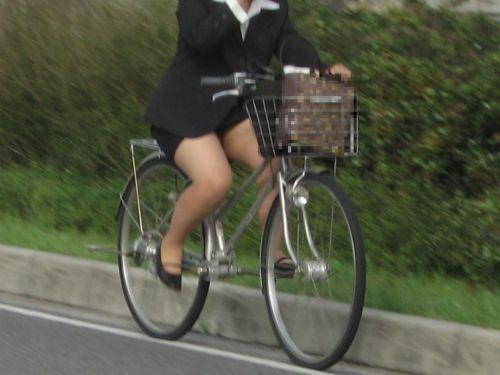 自転車に乗ってるスーツ姿でセクシーなOLさんのパンチラエロ画像 33枚 No.7