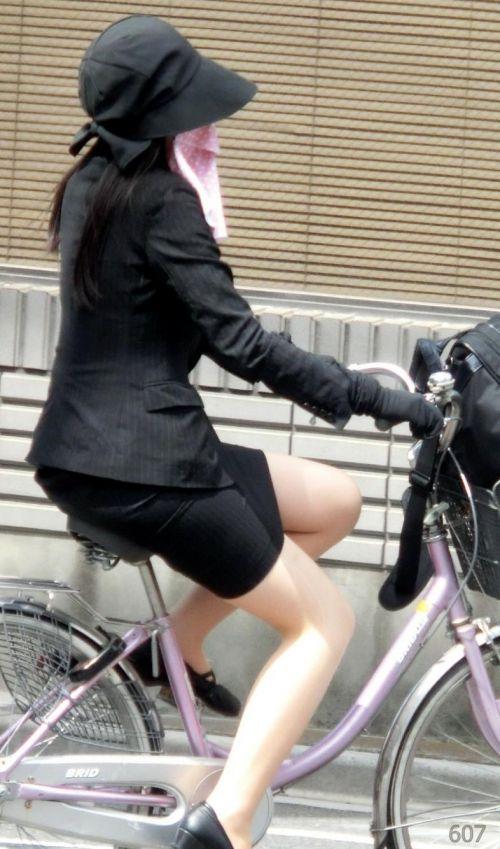 自転車に乗ってるスーツ姿でセクシーなOLさんのパンチラエロ画像 33枚 No.9