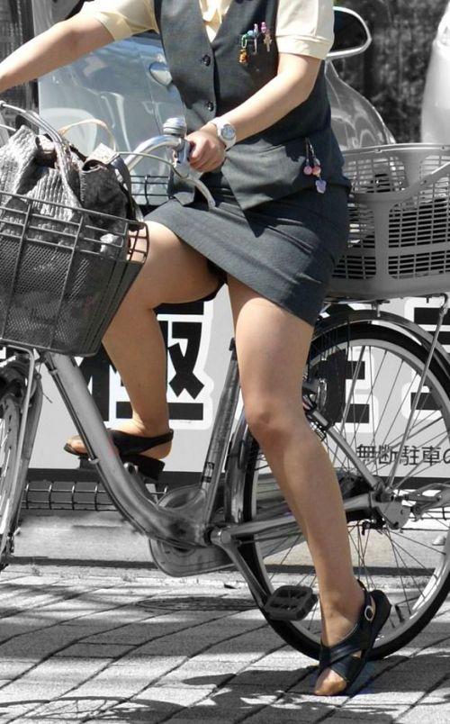 自転車に乗ってるスーツ姿でセクシーなOLさんのパンチラエロ画像 33枚 No.10