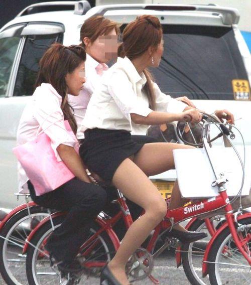 自転車に乗ってるスーツ姿でセクシーなOLさんのパンチラエロ画像 33枚 No.11