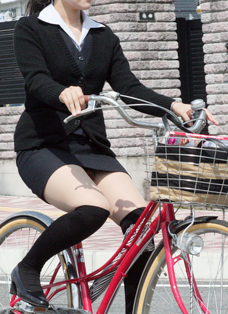 自転車に乗ってるスーツ姿でセクシーなOLさんのパンチラエロ画像 33枚 No.13