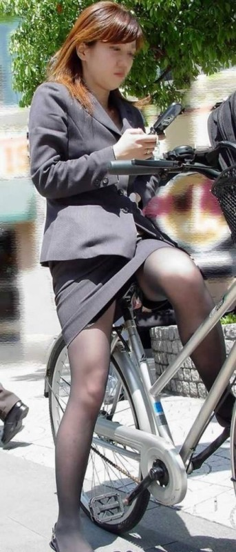 自転車に乗ってるスーツ姿でセクシーなOLさんのパンチラエロ画像 33枚 No.14