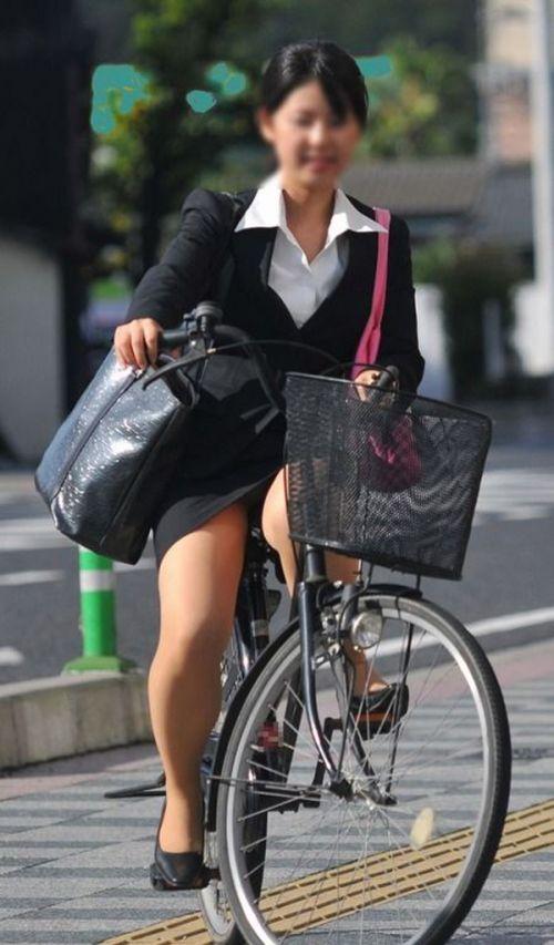 自転車に乗ってるスーツ姿でセクシーなOLさんのパンチラエロ画像 33枚 No.15