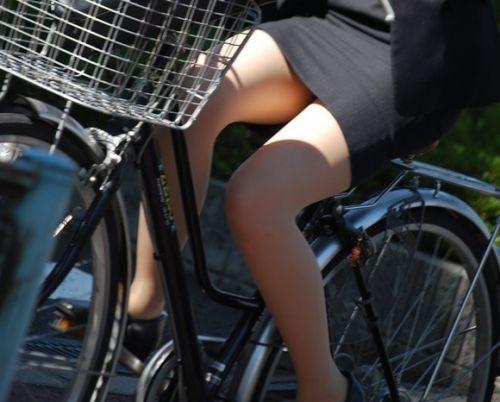 自転車に乗ってるスーツ姿でセクシーなOLさんのパンチラエロ画像 33枚 No.16