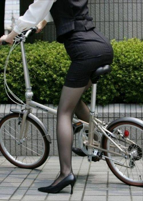 自転車に乗ってるスーツ姿でセクシーなOLさんのパンチラエロ画像 33枚 No.19