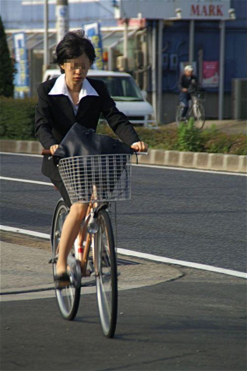 自転車に乗ってるスーツ姿でセクシーなOLさんのパンチラエロ画像 33枚 No.21