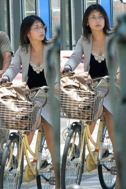 自転車に乗ってるスーツ姿でセクシーなOLさんのパンチラエロ画像 33枚 No.22