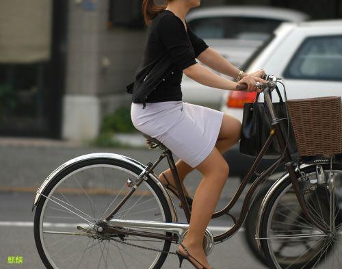自転車に乗ってるスーツ姿でセクシーなOLさんのパンチラエロ画像 33枚 No.23