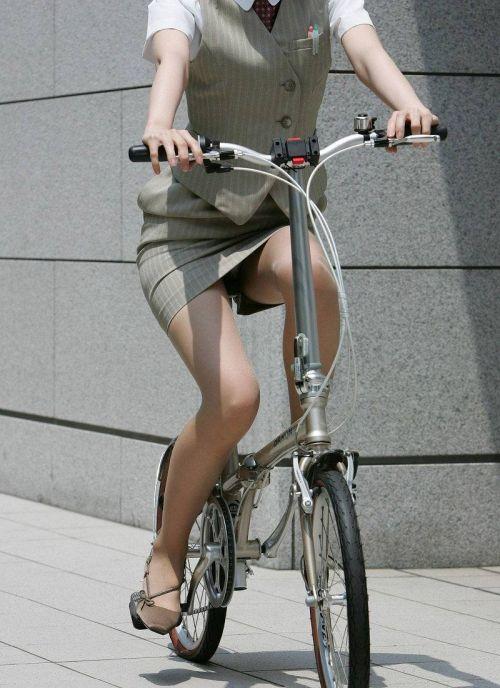 自転車に乗ってるスーツ姿でセクシーなOLさんのパンチラエロ画像 33枚 No.24
