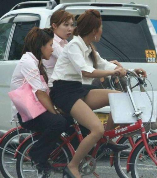 自転車に乗ってるスーツ姿でセクシーなOLさんのパンチラエロ画像 33枚 No.25