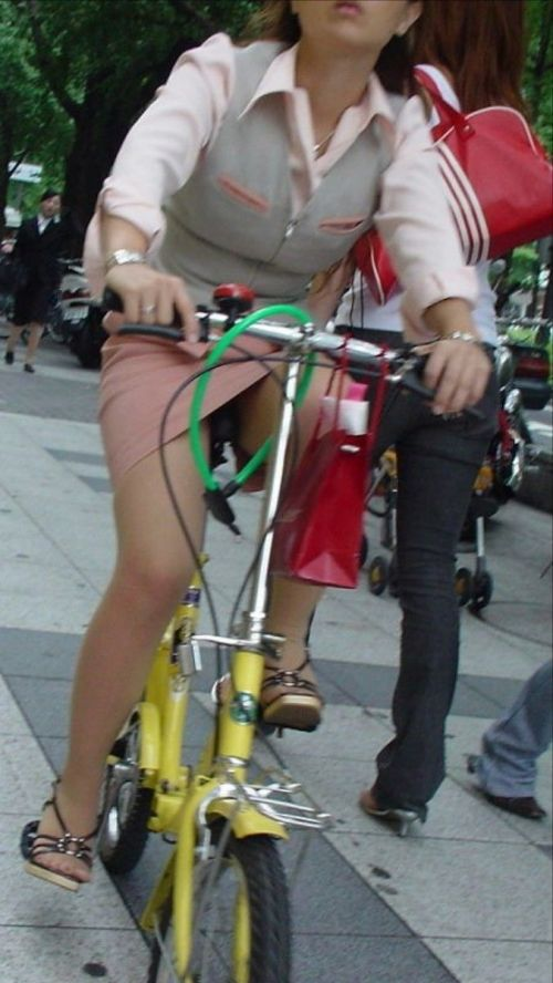自転車に乗ってるスーツ姿でセクシーなOLさんのパンチラエロ画像 33枚 No.26
