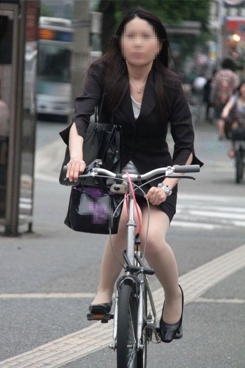 自転車に乗ってるスーツ姿でセクシーなOLさんのパンチラエロ画像 33枚 No.27