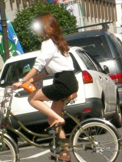 自転車に乗ってるスーツ姿でセクシーなOLさんのパンチラエロ画像 33枚 No.29