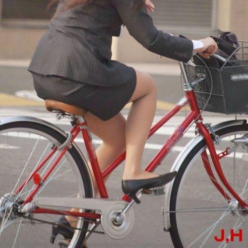 自転車に乗ってるスーツ姿でセクシーなOLさんのパンチラエロ画像 33枚 No.30
