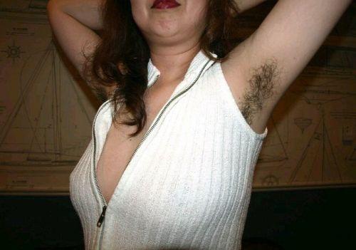 着衣したままの女性の腋毛に勃起しちゃうワキ毛フェチエロ画像 32枚 No.16