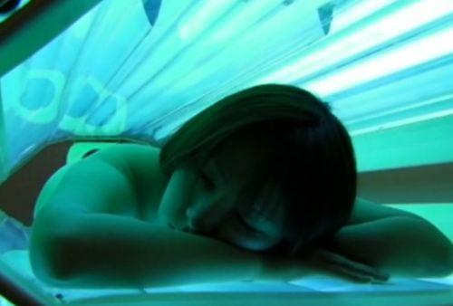 【画像】全裸の女の子が日焼けマシンで焼いてるのを盗撮したったwww 31枚 No.5