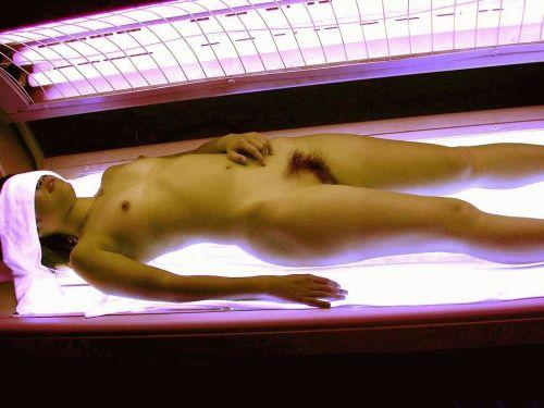 【画像】全裸の女の子が日焼けマシンで焼いてるのを盗撮したったwww 31枚 No.7