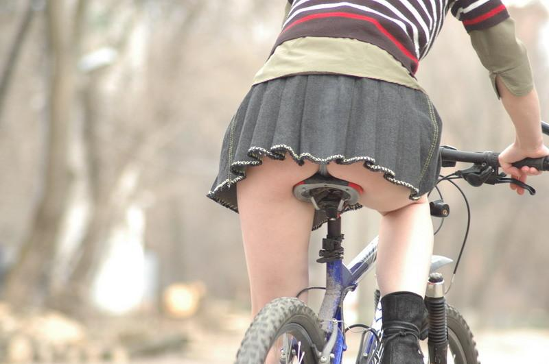 ミニスカで自転車に乗る露出癖のあるカワイいGAL達のえろ写真 41枚