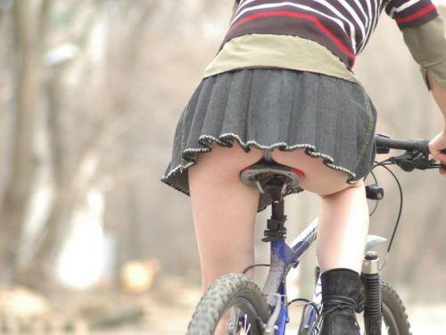ミニスカで自転車に乗る露出癖のある可愛いギャル達のエロ画像 41枚 No.1
