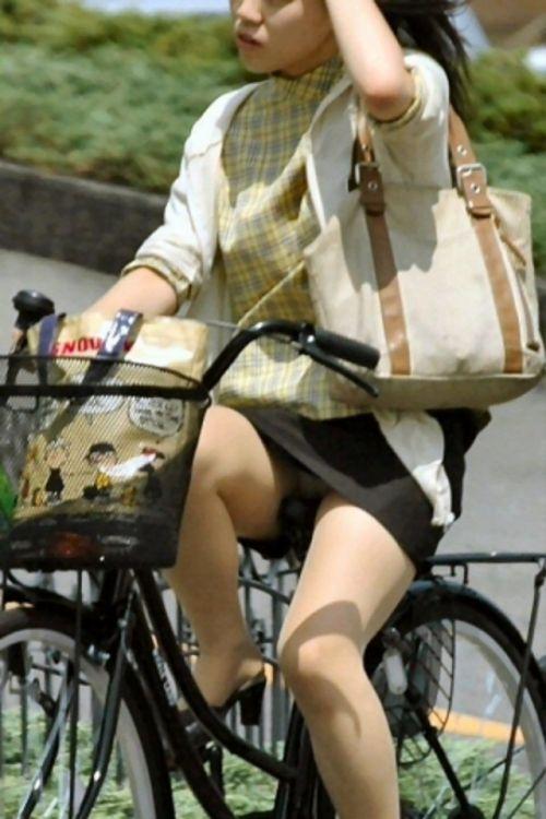 ミニスカで自転車に乗る露出癖のある可愛いギャル達のエロ画像 41枚 No.2