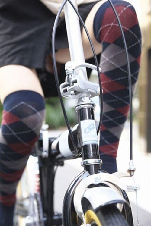 ミニスカで自転車に乗る露出癖のある可愛いギャル達のエロ画像 41枚 No.8