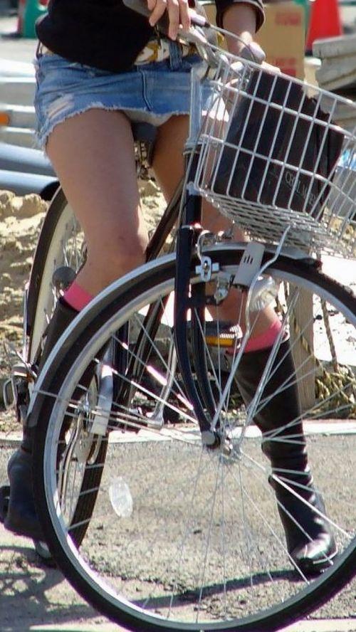 ミニスカで自転車に乗る露出癖のある可愛いギャル達のエロ画像 41枚 No.10