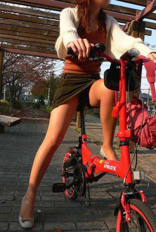 ミニスカで自転車に乗る露出癖のある可愛いギャル達のエロ画像 41枚 No.15