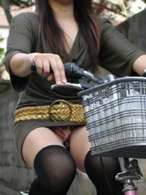 ミニスカで自転車に乗る露出癖のある可愛いギャル達のエロ画像 41枚 No.28