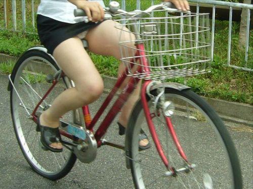 ミニスカで自転車に乗る露出癖のある可愛いギャル達のエロ画像 41枚 No.30