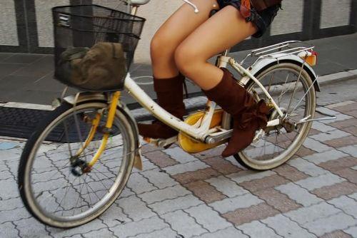 ミニスカで自転車に乗る露出癖のある可愛いギャル達のエロ画像 41枚 No.35