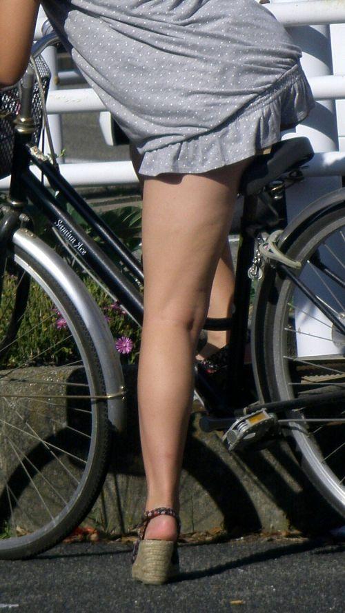 ミニスカで自転車に乗る露出癖のある可愛いギャル達のエロ画像 41枚 No.38