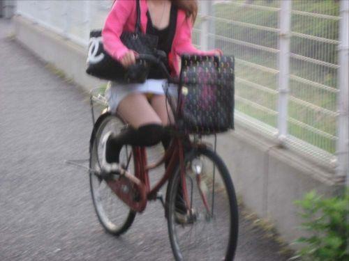 ミニスカで自転車に乗る露出癖のある可愛いギャル達のエロ画像 41枚 No.40