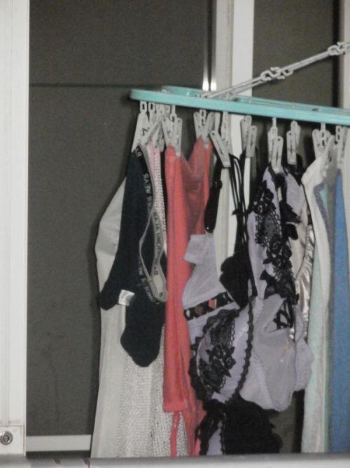 下着泥棒の大好物!パンティやブラジャーを外干しした洗濯物盗撮エロ画像 36枚 No.9