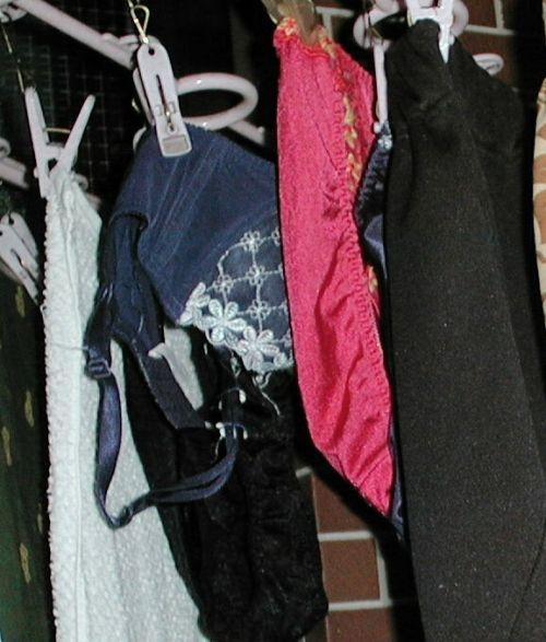 下着泥棒の大好物!パンティやブラジャーを外干しした洗濯物盗撮エロ画像 36枚 No.24