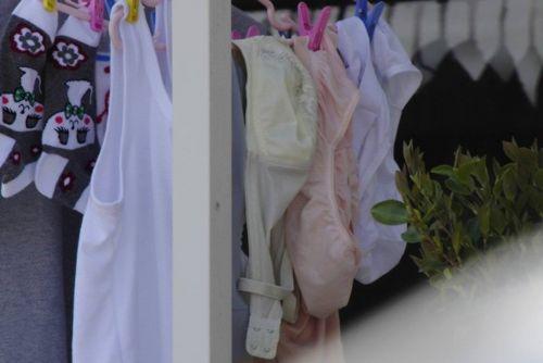下着泥棒の大好物!パンティやブラジャーを外干しした洗濯物盗撮エロ画像 36枚 No.32
