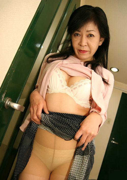 熟女・人妻がストッキング越しにパンティを見せつけるエロ画像 33枚 No.3