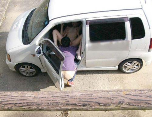 【画像】素人カップルが夢中でカーセックスしてるのを盗撮した結果www 37枚 No.34